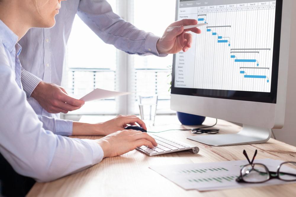 スケジュール管理に関して、上司からアドバイスをもらっている男性社員。