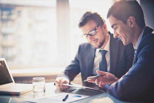 中間報告を行なうチームはより強固なチームワークを築き上げる