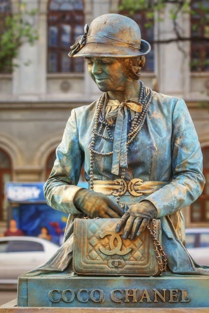 ココ・シャネルの銅像。