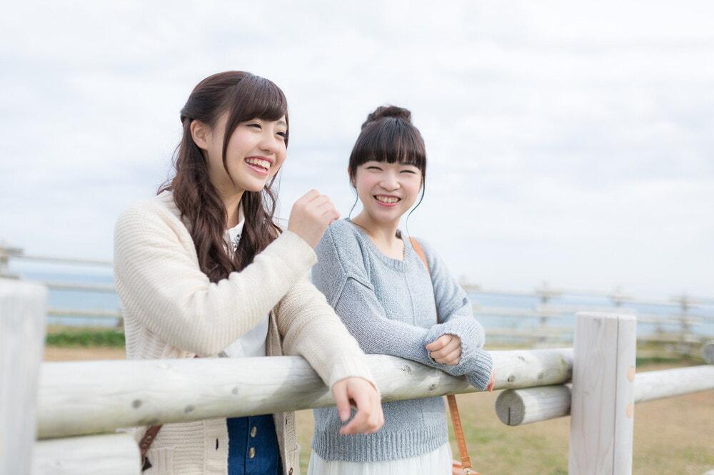笑顔で会話する2人の女性