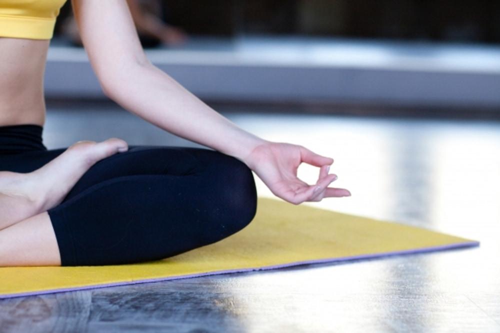 瞑想する女性。